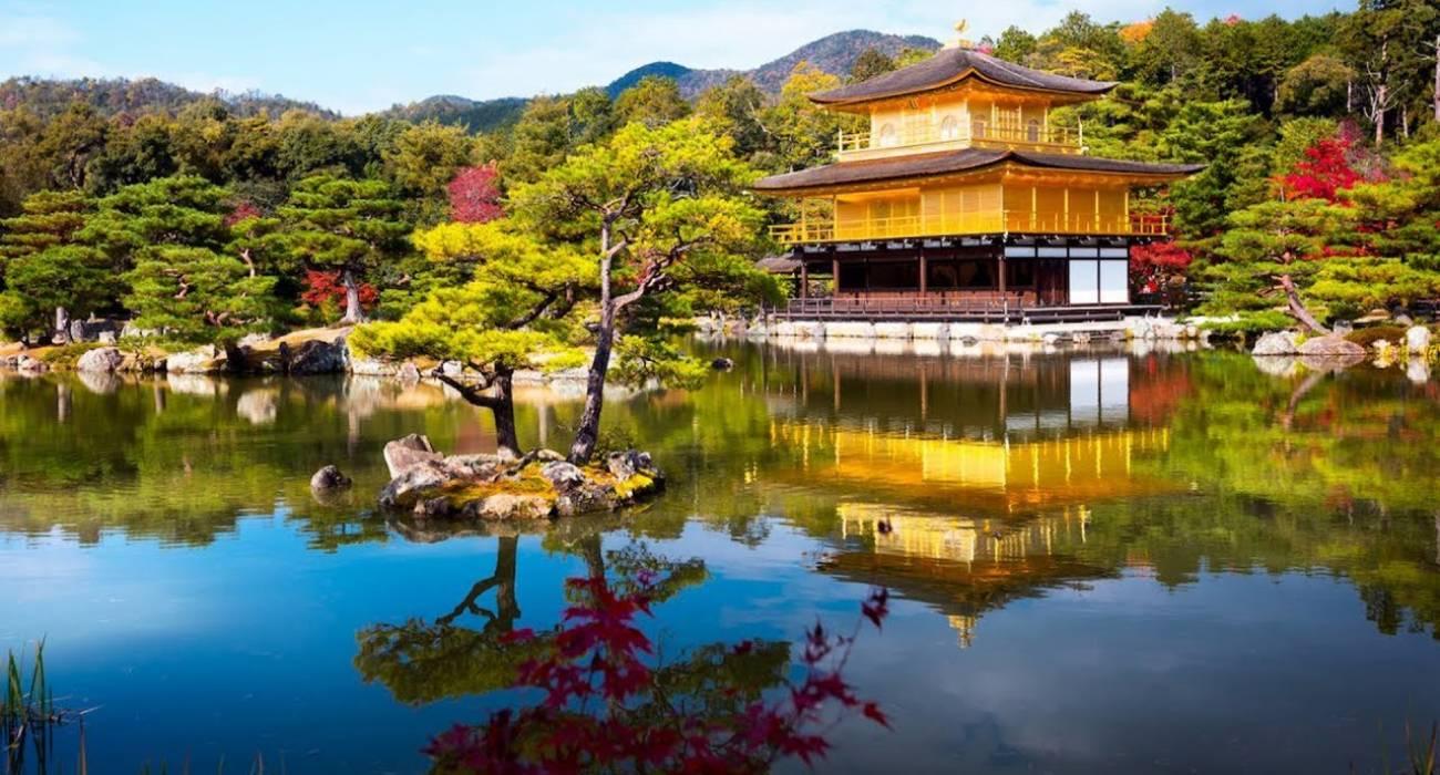 Đền Kinkaku-ji ở Kyoto vào mùa thu