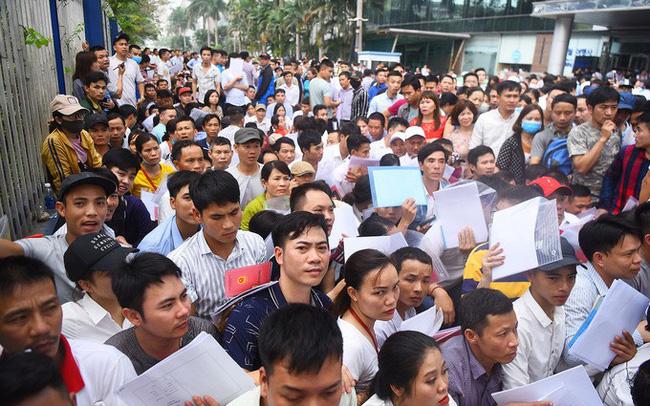 Hàng nghìn người chờ để cấp số thứ tự xin visa 5 năm